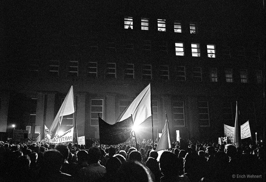 8. November 1989: Vor dem »großen Haus«, dem allmächtigen Zentralkommitee, forderten reformorientierte Parteimitglieder einen Sonderparteitag.
