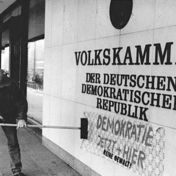 4. November 1989: Wände des Hauses der Volkskammer werden mit Losungen beklebt.